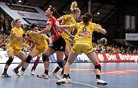 EHF Champions League Handball Damen / Frauen / Women - HC Leipzig HCL : SD Itxako Estella (spain) - Arena Leipzig - Gruppenphase Champions League - im Bild: Sweden Power - Sara Eriksson und Louise Lyksborg (r.) haben den Ball zurückerobert. Foto: Norman Rembarz .