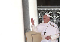 Papa Francesco tiene l'udienza generale del mercoledi' in Piazza San Pietro, Citta' del Vaticano, 25 settembre, 2019.<br /> Pope Francis leads his weekly general audience in St. Peter's Square at the Vatican, on September 25, 2019.<br /> <br /> UPDATE IMAGES PRESS/Isabella Bonotto<br /> <br /> STRICTLY ONLY FOR EDITORIAL USE