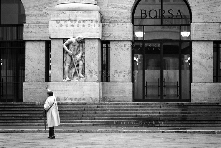 Milano, piazza Affari. Palazzo Mezzanotte, sede della Borsa. Una donna saluta --- Milan, Affari square. Palazzo Mezzanotte, seat of the Italian stock exchange. A woman greets