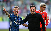 28.04.2018, Football 1. Bundesliga 2017/2018, 32.  match day, VfL Wolfsburg - Hamburger SV, in Volkswagen Arena Wolfsburg. celebration   Lewis Holtby (Hamburg) and Trainer Christian Titz (Hamburg)  *** Local Caption *** © pixathlon<br /> <br /> +++ NED out !!! +++<br /> Contact: +49-40-22 63 02 60 , info@pixathlon.de