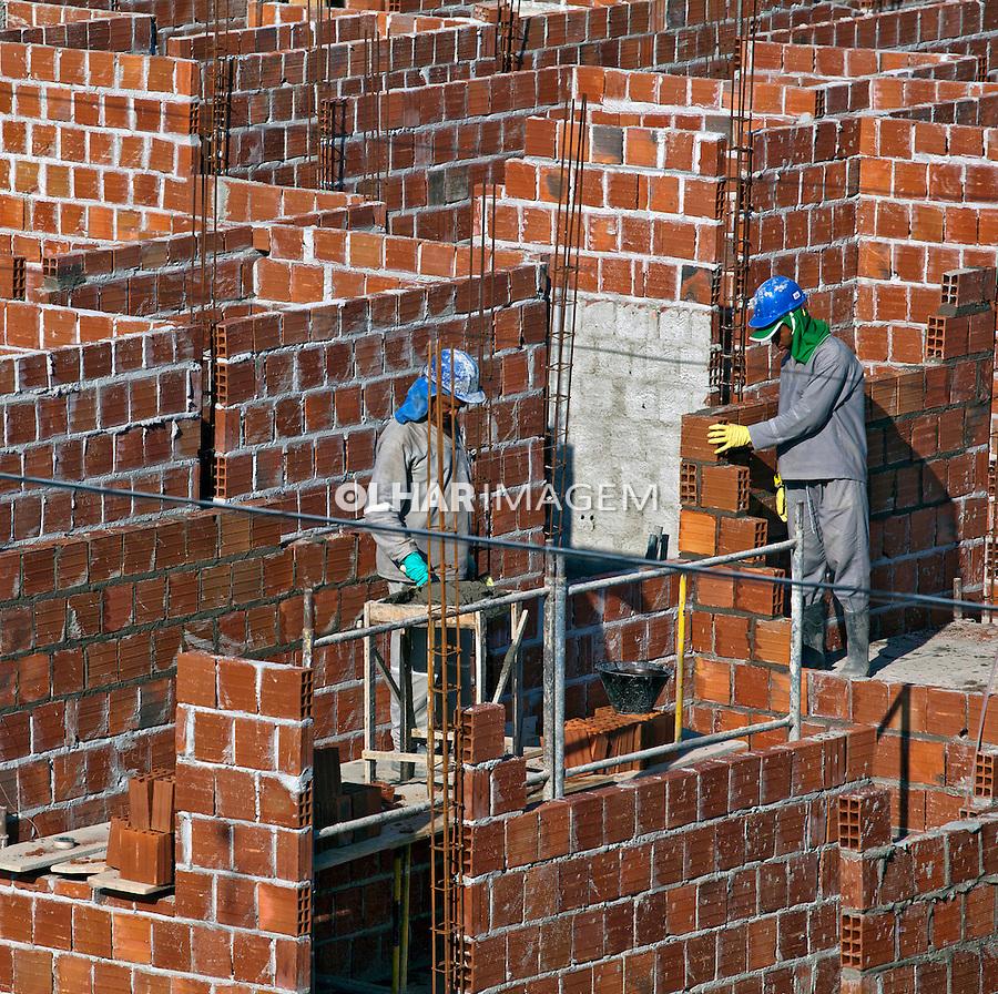 Operarios construindo novo conjunto habitacional. Recife. Pernambuco. 2010. Foto de Rogerio Reis.