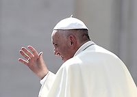 Papa Francesco saluta i fedeli al termine dell'udienza generale del mercoledi' in Piazza San Pietro, Citta' del Vaticano, 30 agosto, 2017.<br /> Pope Francis waves to faithful as he leaves at the end of his weekly general audience in St. Peter's Square at the<br /> Vatican on August 30, 2017.<br /> UPDATE IMAGES PRESS/Isabella Bonotto<br /> <br /> STRICTLY ONLY FOR EDITORIAL USE