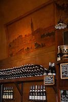 France, Haute-Garonne (31), Toulouse, Bar à vins: Au Père Louis, peintures murales de la salle représentant les berges de Garonne  // France, Haute Garonne, Toulouse, Wine Bar: Au Père Louis , murals of the room representing the banks of the Garonne