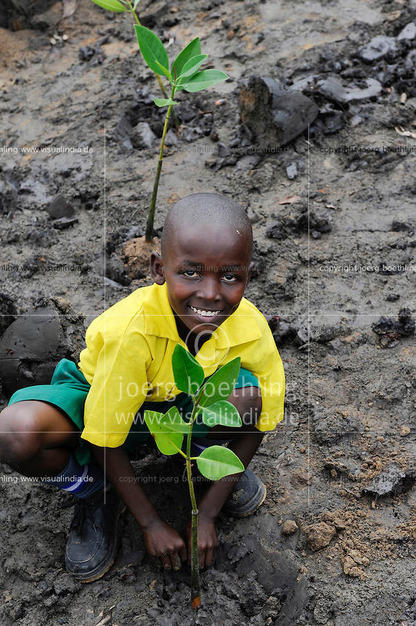 Kenya Mombasa , children plant mangrove during school excursion at the coastal belt for climate and coast protection and against sea erosion / KENIA Projekt Kuestenschutz in Kuestenregion bei Mombasa , Ort Majaoni , Kinder einer Schulklasse aus Majaoni bei Mangroven Anpflanzung