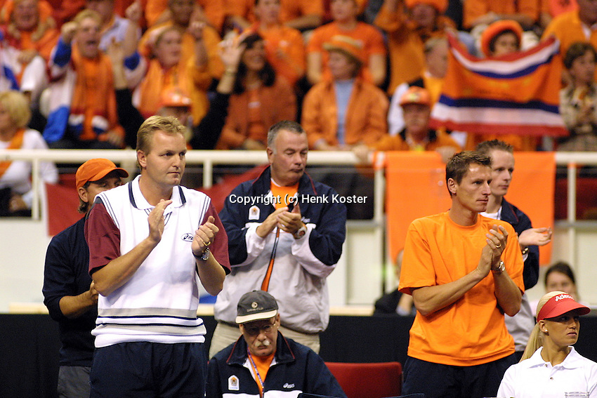 Coach Tjerk Bogtstra and Paul Haarhuis backed up bij manny orange fans support Sluiter in his match against Nieminen