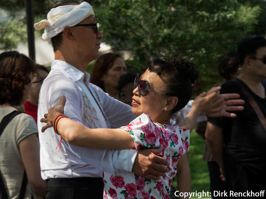 Tanz im BeiHai Park, Peking, China, Asien<br /> Dancing in Beihai Park, Beijing, China, Asia