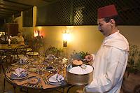 Afrique/Afrique du Nord/Maroc/Fèz: Médina de Fèz-El-Bali Riad El Ghalia service du pain au restaurant