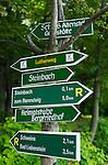 Deutschland, Thueringen, bei Bad Liebenstein: Wegweiser am Lutherweg, Fernwanderweg von Worms nach Eisenach | Germany, Thuringia, near Bad Liebenstein: signpost at Lutherweg hiking trail, connecting Worms and Eisenach