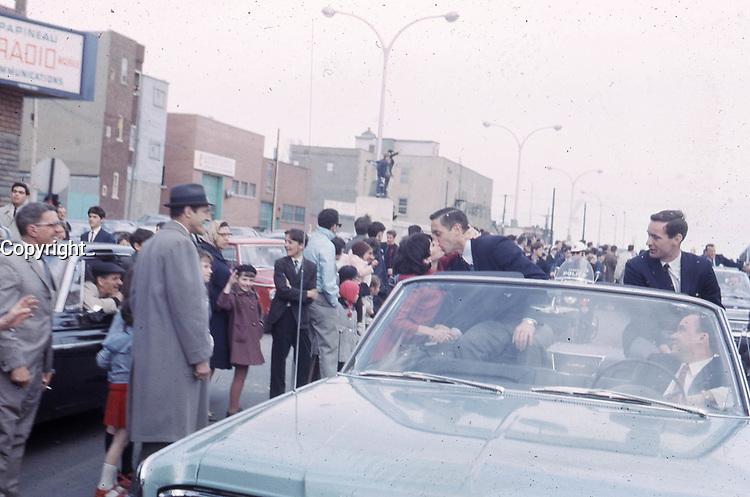 Une partisane embrasse Jean Béliveau sous le regard de Robert Rousseau, 9 mai 1966