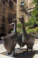 """Europe/France/Aquitaine/24/Dordogne/Vallée de la Dordogne/Périgord/Périgord Noir/Sarlat-la-Canéda: Place du marché aux oies - """"Les oies"""" statue par Lalanne"""