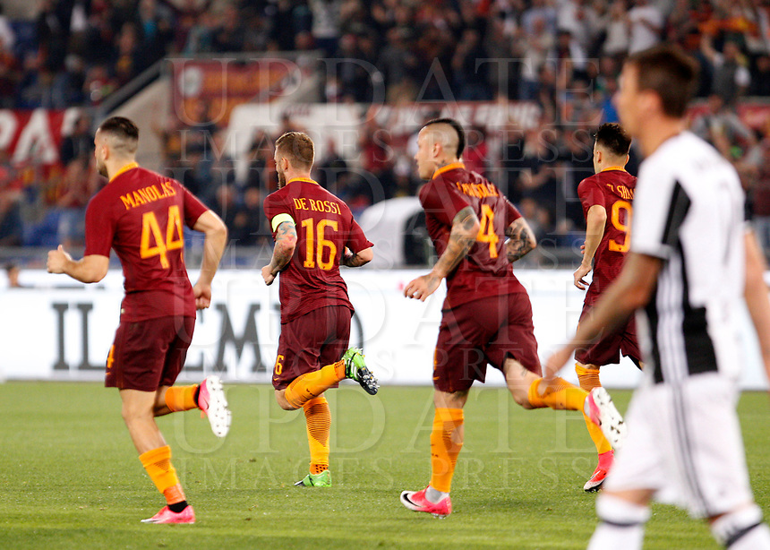 Calcio, Serie A: Roma vs Juventus. Roma, stadio Olimpico, 14 maggio 2017. <br /> Roma's Daniele De Rossi, second from right, celebrates after scoring during the Italian Serie A football match between Roma and Juventus at Rome's Olympic stadium, 14 May 2017. Roma won 3-1.<br /> UPDATE IMAGES PRESS/Riccardo De Luca