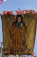 """Europe/France/Provence-Alpes-Côte d'Azur/13/Bouches-du-Rhône/Camargue/Les Saintes-Maries-de-la-Mer : Fête des gitans - Pélerinage des gitans - Procession Sainte-Sara - Fanion """"Sainte-Sara"""""""
