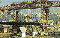 INDIEN, Mumbai Bombay, bridge construction for Bandra Worli sea link highway / INDIEN Brueckenbau fuer die Bandra Worli Autobahnbruecke durch das Meer