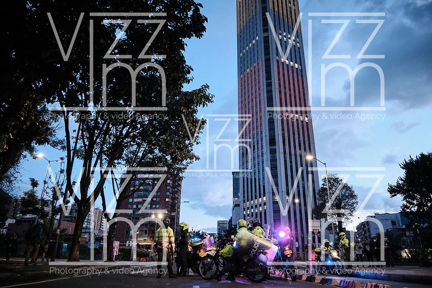 BOGOTA - COLOMBIA, 12-09-2020: Cientos de manifestantes frente al CAI de San Diego durante el cuarto día de protestas causadas por el asesinato del abogado Javier Ordoñez, abogado de 46 años, a manos de efectivos de la Policía de Bogotá el pasado miércoles 09 de septiembre de 2020 en el barrio Villa Luz al noroccidente de Bogotá (Colombia). En lo que va corrido del 2020 la alcaldía de Bogotá ha recibido 137 denuncias  de abuso policial de las cuales la Policía acusa recibido de 38.  / Hundred of people in front of San Diego CAI during the fourth day of protests caused by the murder of lawyer Javier Ordoñez, a 46-year-old lawyer, at the hands of members of the Bogotá Police on Wednesday, September 9, 2020 in Villa Luz neighborhood in the northwest of Bogotá (Colombia). So far in 2020 the Bogotá mayor's office has received 137 complaints of police abuse of which the Police accuse they have received 38. Photo: VizzorImage / Johan Rugeles / Cont