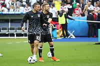 Lukas Podolski und Shkodran Mustafi (D) - EM 2016: Deutschland vs. Polen, Gruppe C, 2. Spieltag, Stade de France, Saint Denis, Paris