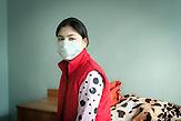Dina, 22 Jahre, auf ihrem Bett auf der Palliativstation des<br />Krankenhauses in Chisinau. Seit sie 8 Jahre alt war, leidet sie an<br />Diabetes, 2011 infizierte sie sich erstmal mit einem multiresistenten<br />Tuberkulose-Erreger. Ihr Genesung ist schwierig und macht wenig<br />Fortschritte, die Behandlung ist bis jetzt erfolglos. // Moldova is still the poorest country of Europe. Hopes to join the European Union are high. After progress in the past years tuberculosis is on the rise again. The number of new patients raise since 2010 and is on a level that has not been reached since the late 90s.