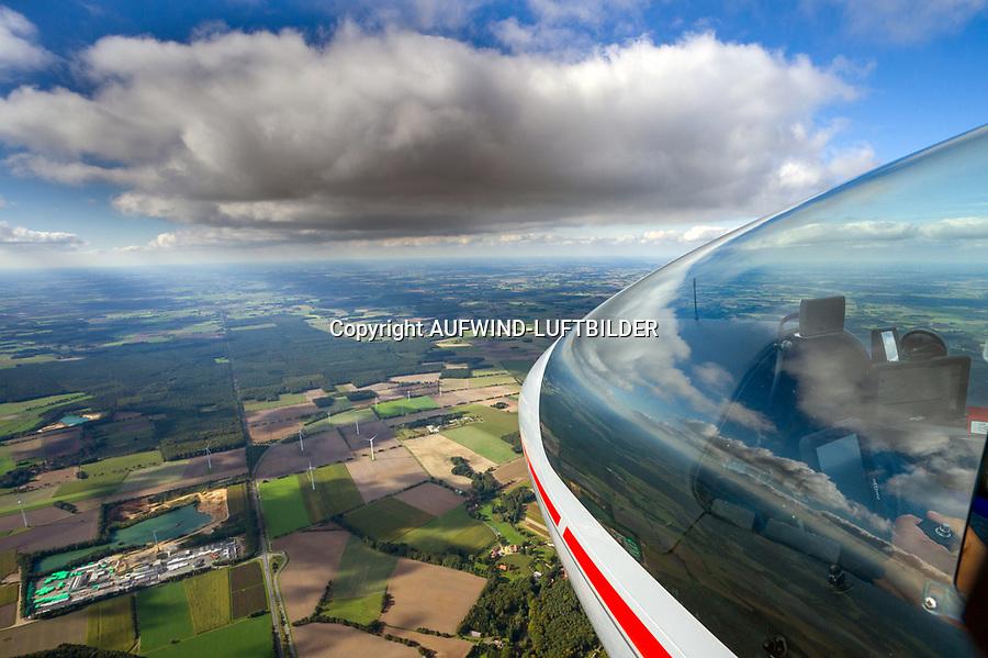 Blick aus einem Cockpit eines Segelflugzeugs: EUROPA, DEUTSCHLAND, SCHLESWIG Holstein (EUROPE, GERMANY), 28.09.2013: Blick aus einem Cockpit eines Segelflugzeugs.