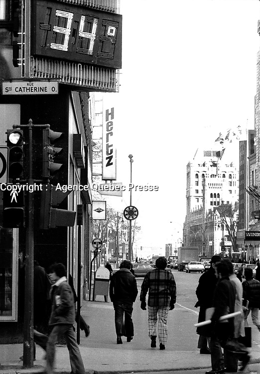 April 1st, 1975 File Photo - Passerby walk under a temperature reading in Farenheit degres at the corner of Peel and Sainte-Catherine in downtown Montreal.<br /> <br /> Canada gradually swithed from imperial system to metric system in the seventies.