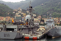 - Esercitazioni NATO in mar Mediterraneo, aprile 1996, la nave portaerei Principe de Asturias della Marina Militare Spagnola ormeggiata nel porto dell'Arsenale Militare di La Spezia<br />