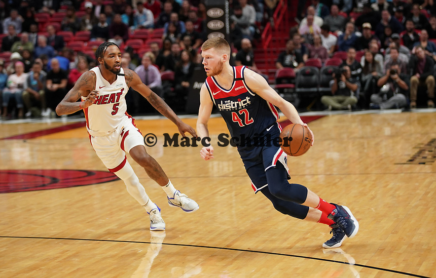 David Bertans (F, Washington Wizards, #42) gegen Derrick Jones Jr. (F/G Miami Heat, #05) - 22.01.2020: Miami Heat vs. Washington Wizards, American Airlines Arena