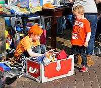 Vrijmarkt op de dag voor Koningsdag in Utrecht. Koningsnacht