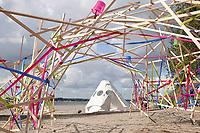 Nederland Almere  2018.  UrbanCampsite. Een weekend kamperen op het Almeerderstrand. Kunstwerk van linten en latjes.  Foto Berlinda van Dam / Hollandse Hoogte