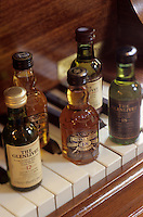 "Europe/Grande-Bretagne/Ecosse/Moray/Speyside/Env de Dufftown : Mignonnettes de whisky à ""Linn House"""