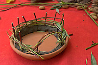 Kinder basteln Zwergengärtchen, Zwergen-Gärtchen aus Naturmaterialien, Bastelei, Tonschale mit Zaun aus Ästchen