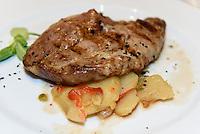 """Aguja de chato murciano - Fleischgericht der lokalen Schweinerasse im Parador -""""CASTILLO de LORCA"""" in Lorca,  Provinz Murcia, Spanien, Europa"""