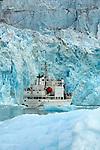 Croisière à bord du  M/V Grigoriy Mikheev, un ancien navire hydrographique russe. Le bateau longe le glacier de Lilliehöök sur la côte ouest du Spitzberg..Arctic cruise with  M/V Grigoriy Mikheev cruising in front of the Lilliehöök icefield. West coast of svalbard