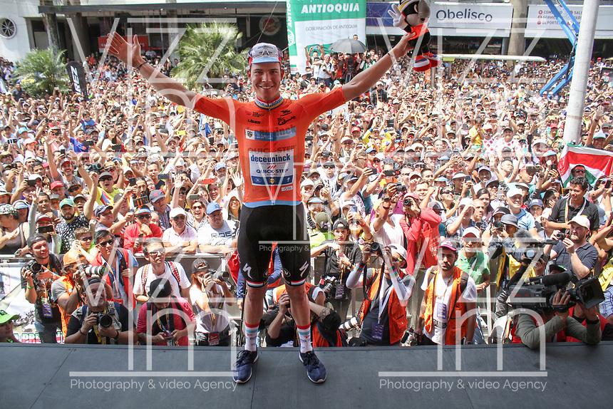 MEDELLIN - COLOMBIA, 15-02-2019: Bob JUNGELS (LUX), Deceuninck - Quick Step Floors (BEL), celebra como líder de la calsificación general después de la cuarta etapa del Tour Colombia 2.1 2019 con un recorrido de 144 Km, que se corrió con salida y llegada en el estadio Atanasio Girardot de la ciudad de Medellín. / Bob JUNGELS (LUX), Deceuninck - Quick Step Floors (BEL), celebrates as overal leader after the fourth stage of 144 km of Tour Colombia 2.1 2019 that ran with start and arrival in Atanasio Girardot stadium in Medellin city.  Photo: VizzorImage / Fedeciclismo Prensa