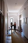 Interlude musical Trotto<br /> Lou Renaud-Bailly et Aline Bieth création et interprétation<br /> Date : 30/08/2019<br /> Lieu Fondation Royaumont – Couloir des chambres<br /> Cadre : Prototype VI