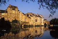 Europe/France/Auvergne/12/Aveyron/Espalion: Le Château renaissance et vieilles maisons vus des rives du Lot