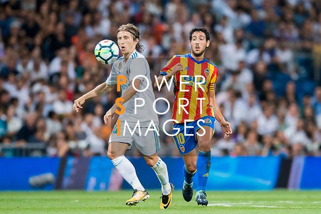 Luka Modric (l) of Real Madrid is followed by Daniel Parejo Munoz of Valencia CF during their La Liga 2017-18 match between Real Madrid and Valencia CF at the Estadio Santiago Bernabeu on 27 August 2017 in Madrid, Spain. Photo by Diego Gonzalez / Power Sport Images