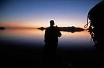 Départ à l'aube pour naviguer dans la belle lumière du matin. Mustapha, pas très réveillé barre avec le pied, un thé à la main ! A la proue, Saddam enveloppé dans sa longue galabieh noire, essaye de repérer les nombreux filets de pêche immergés à faible profondeur. .