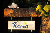 Iles Bahamas /Ile d'Andros/South Andros : Eco-Lodge-Tiamo Resort l'enseigne écolo avec un coquille de Conch ou Lambi // Bahamas Islands / Andros Island / South Andros: Ecolodge-Tiamo Resort eco signboard with shell of Conch or Lambi