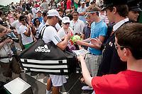 25-06-10, Tennis, England, Wimbledon, Thiemo de Bakker signing autographs after defeating  John Isner