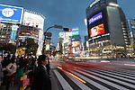 Japan, Tokyo: Neon signs and pedestrian crossing (The Scramble) at night in Shibuya | Japan, Tokyo: Diagonalqueren (Alle-Gehen-Kreuzung) in Shibuya