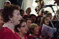 São Paulo, SP, 05 DE DEZEMBRO 2011 – CORAL NATALINO NA PAULISTA – Apresentação de coral cantando músicas natalinas no Shopping Center 3, na Av. Paulista, no início da noite de segunda-feira (05). (FOTO: CAIO BUNI / NEWS FREE).