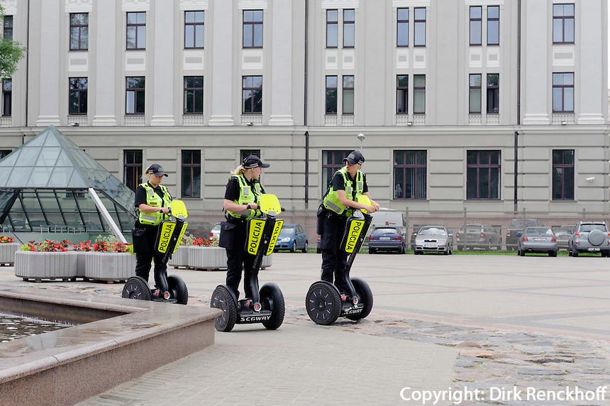 Polizistinnen auf Segway in Riga, Lettland, Europa, Unesco-Weltkulturerbe