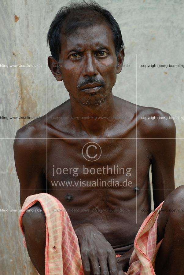 INDIEN Jharkhand , Adivasi, unterernaehrter Mann vom Stamm der Santhal - INDIA Jharkhand , Adivasi malnutritioned man of Santhal tribe