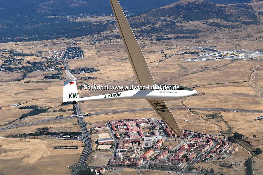 4415/Segelflugzeug ueber Segovia:SPANIEN, SEGOVIA, 26.07.2003:Selbststartendes Segelflugzeug vom Typ DG 800 B, Kunststoffsegelflugzeug mit 18 Meter Spannweite der Firma DG Flugzeugbau Bruchsal, Flugzeug ueber Segovia..