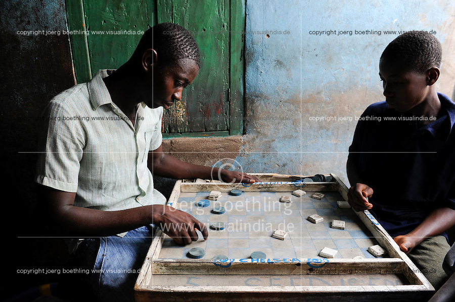 Afrika SIERRA LEONE Fischerhafen Tombo, Jugendliche spielen Brettspiel / SIERRA LEONE Tombo, youngster play game at table