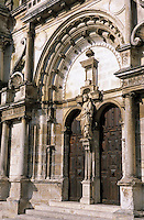 Europe/France/89/Bourgogne/Yonne/Tonnerre: Eglise Saint Pierre, portail du côté droit et statue de Saint Pierre au trumeau
