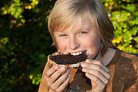 Kind, Junge macht aus Haselnüssen eine eigene Gewöhnliche Nuss-Schoko-Creme, fertiger Aufschnitt wird auf Brot geschmiert und gegessen, (Nutella), Hasel, Ernte, reife Nüsse Haselnuß, Haselnuss, Früchte, Nuß, Nuss, Corylus avellana, Cob, Hazel, Coudrier, Noisetier commun
