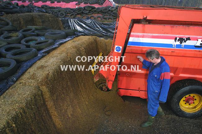 leuvenheim 170102 egbert dooper vult de voermachine met kinea uit de kuil<br />foto frans ypma APA-foto