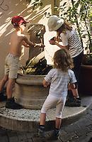 Europe/France/Provence-Alpes-Côte d'Azur/06/Alpes-Maritimes/Cannes/Le Suquet: Enfants devant la fontaine rue St Antoine [Non destiné à un usage publicitaire - Not intended for an advertising use]
