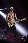© Joel Goodman - 07973 332324 . 15/12/2015 . Manchester , UK . PHIL COLLEN . Def Leppard perform at the Manchester Arena . Photo credit : Joel Goodman