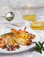 """Europe/Espagne/Baléares/Minorque/Sant Lluis : Calmar et crevettes sautés à la vinaigrette d'herbes et aux câpres - Recette de Chema du restaurant """"La Cabara"""""""