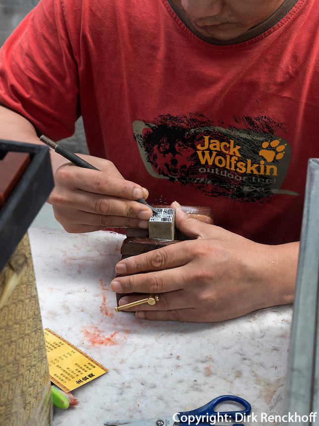 Stempeschneider auf Panjiayuan Antikmarkt, Peking, China, Asien<br /> stamp cutter at Panjiayuan antique market, Beijing, China, Asia